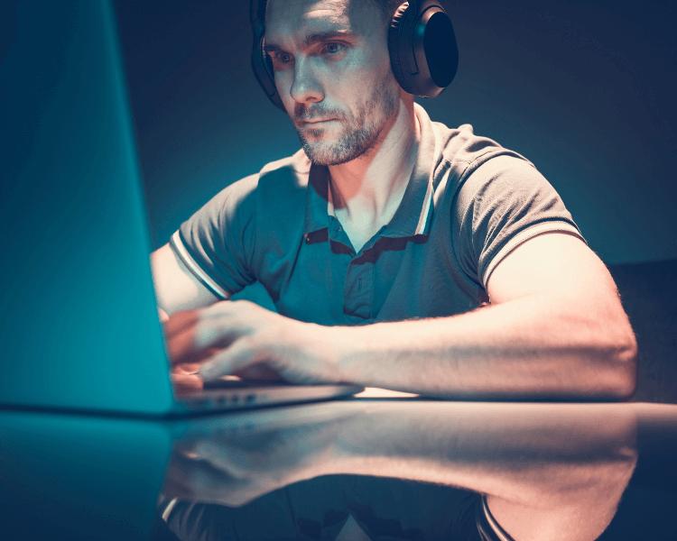 Homme en train de consulter un ordinateur portable